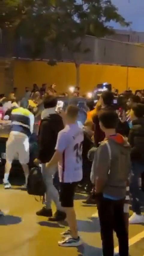 VIDEO: Aficionados del Barcelona agreden vehículo de Ronald Koeman