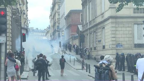 Tensión entre policías y manifestantes empañan desfile del 14 de julio en Francia
