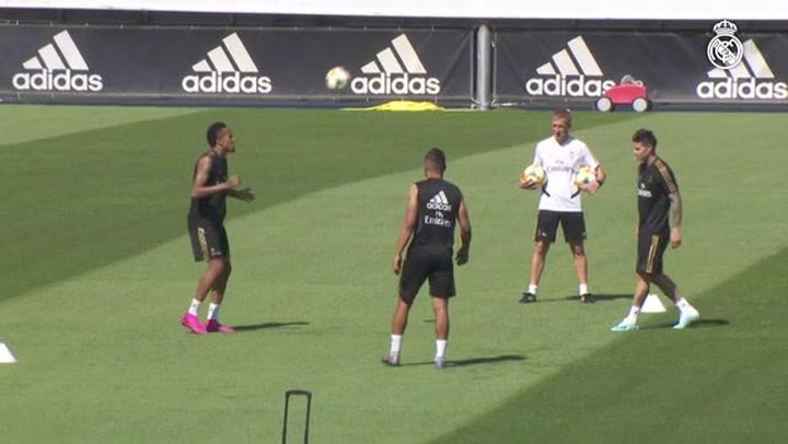 James Rodríguez se ejercita con sus compañeros del Real Madrid