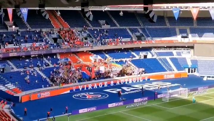 Los aficionados del PSG sin distancias de seguridad en las gradas del Parc des Princes