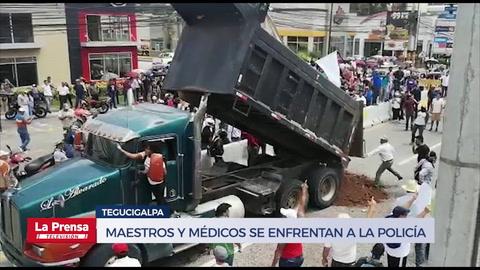 Maestros y médicos se enfrentan a la Policía en Tegucigalpa