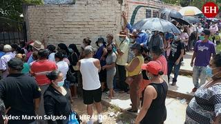 Hondureños acuden al Instituto Técnico Luis Bográn para vacunarse contra el covid-19