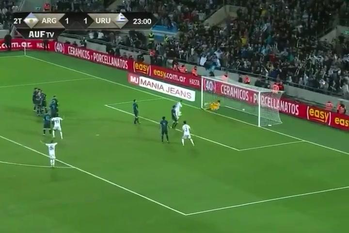 Golazo de Luis Suárez de falta directa con Uruguay ante Argentina
