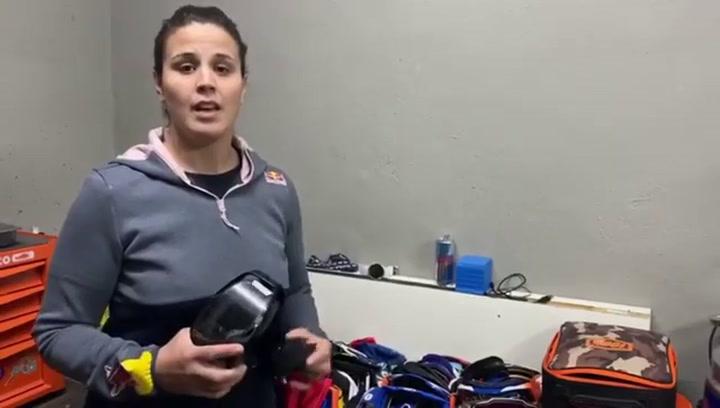 Laia Sanz anima a donar gafas de moto para el personal sanitario