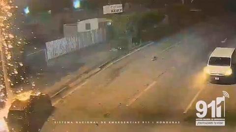 Cámaras captan cuando camioneta impacta contra un carro estacionado en Tegucigalpa