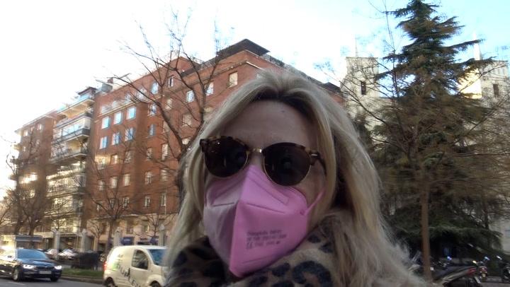 Lydia Lozano ingresa en el hospital, acompañada por su marido, para ser operada