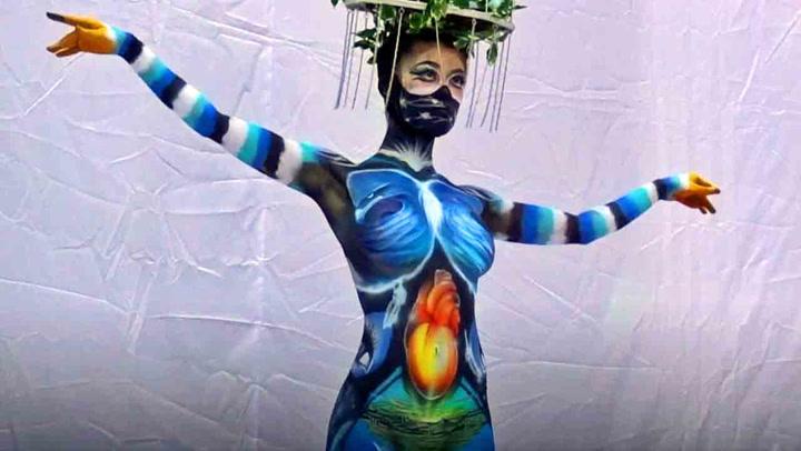 Nakne kvinner ble til levende kunst