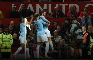 El Manchester City derrota al United y acaricia el título en la Premier League