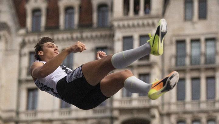 Duplantis salta 6,07 metros en las calles de Lausana