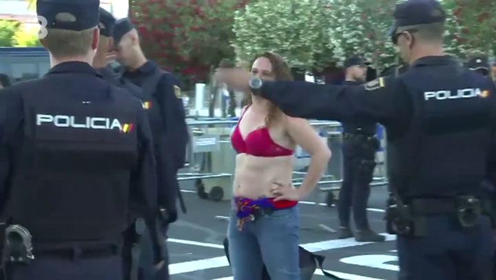 Retiran una camiseta a una aficionada y entró en el campo solo en sujetador