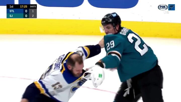 La viral pelea entre Clifford y Gabriel en un partido de la NHL