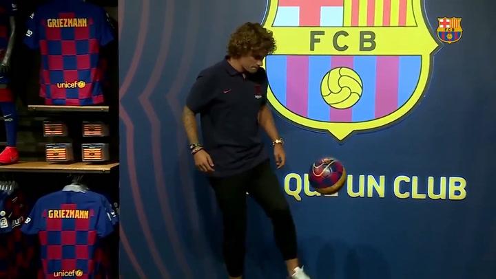 Griezmann da sus primeros toques al balón como culé en la Botiga del Barça
