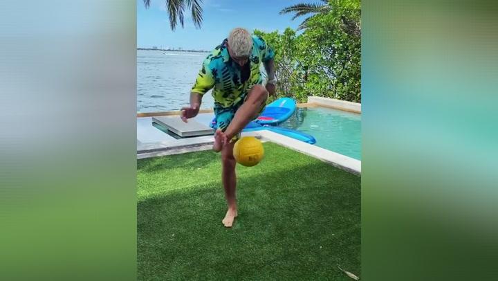 """Maluma sorprende con sus habilidades para jugar a fútbol: """"¡Puro Neymar!"""""""