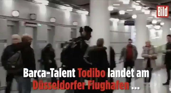 Todibo llega a Düsseldorf para fichar por el Schalke
