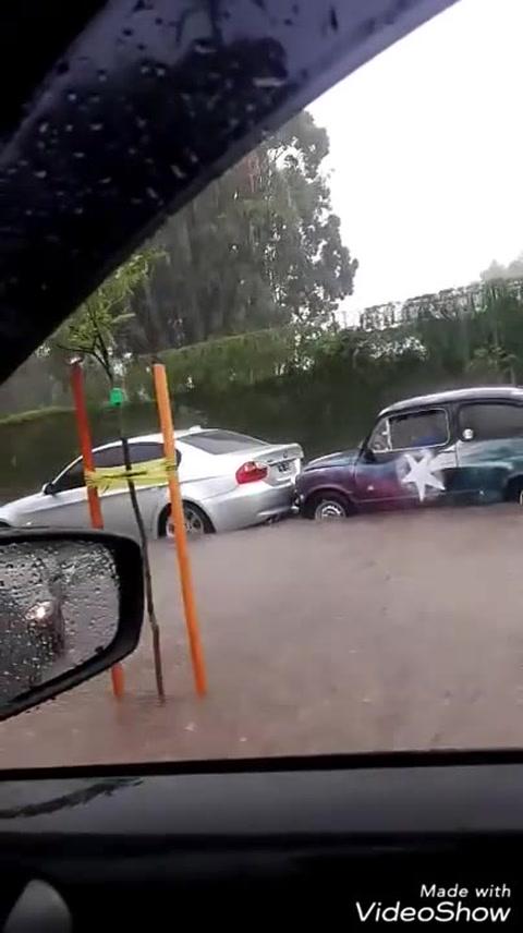 Un Fiat 600 le ganó la batalla a la lluvia y sacó del agua a un BMW