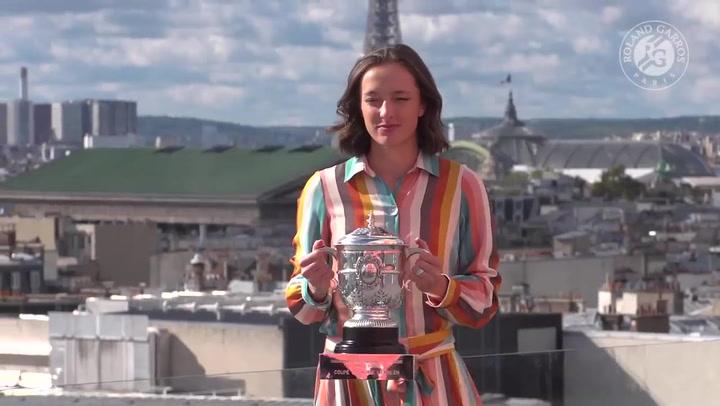 Swiatek posa la Copa Suzanne Lenglen, que le acredita como ganadora de Roland Garros 2020