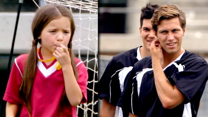 Fotballgutta piskes rundt av ei lita jente