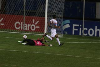 Un triplete de Bengtson tiene ganando al Olimpia ante Platense en el Nacional