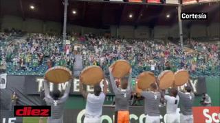Emotivo festejo de los jugadores del Portland levantando los troncos que cortaron tras la paliza al Marathón