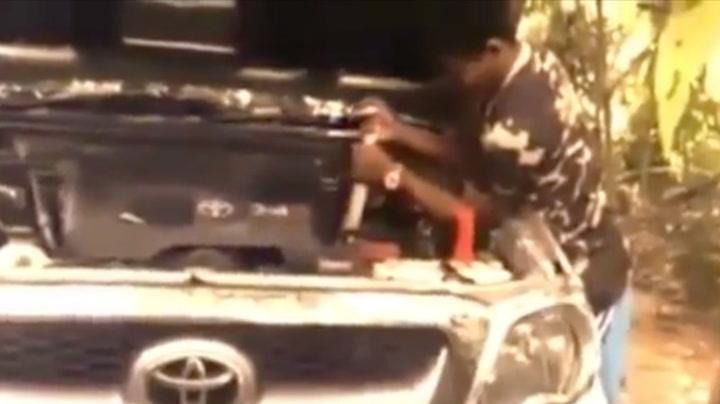 Levende slange ble dratt ut av motorrommet