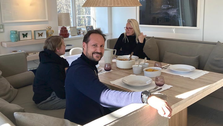 Haakon y Mette Marit abren las puertas de su casa y muestran su vida familiar