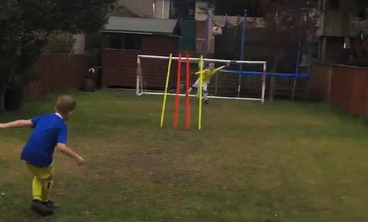 Un niño calca a la perfección algunos de los goles más difíciles de la historia