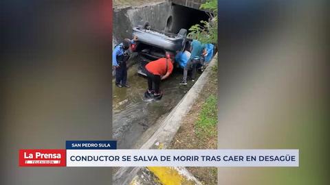 Conductor se salva de morir tras caer en desagüe