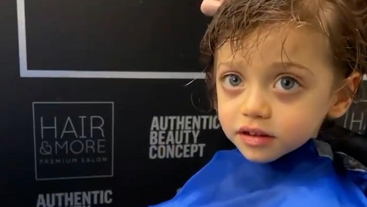 ¡Día de peluquería! Alejandro, hijo de Pilar Rubio, se pone \'guapo\' con su madre
