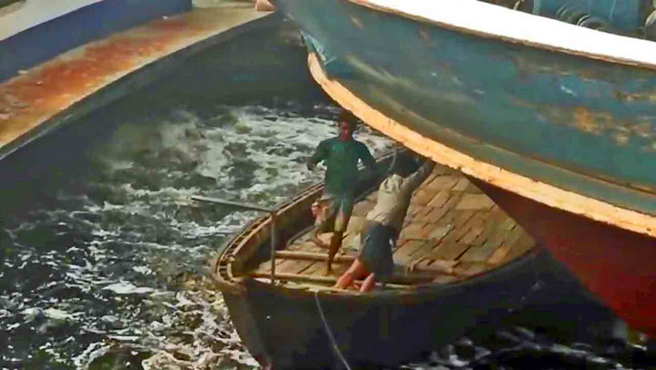 Småbåten er centimetre fra å bli knust til pinneved