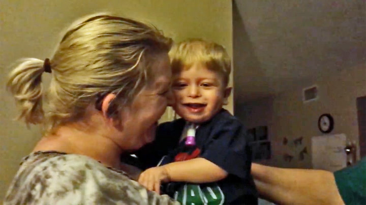 Gutt (1) hører stemmen sin for første gang på seks måneder