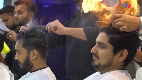 Corte al fuego, la tendencia top en una peluquería en India