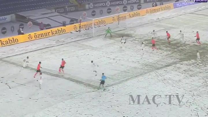 El Sivasspor fue 'invisible' al jugar de blanco en un campo nevado