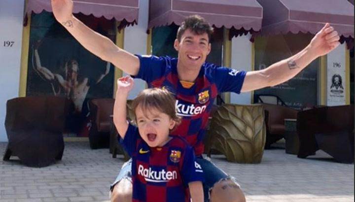 El hijo de Aleix Espargaró no quiere irse a dormir porque juega el Barça