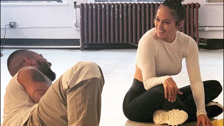 Jennifer Lopez y Maluma cantan juntos en el  rodaje de 'Marry Me'