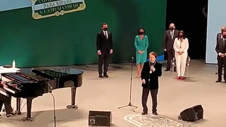 Raphael, cantando el Himno de Andalucía en el acto de entrega de las Medallas de Andalucía