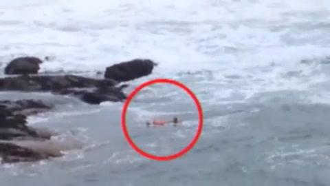 Un anciano no dudó en tirarse al mar para salvar a otro que se estaba ahogando