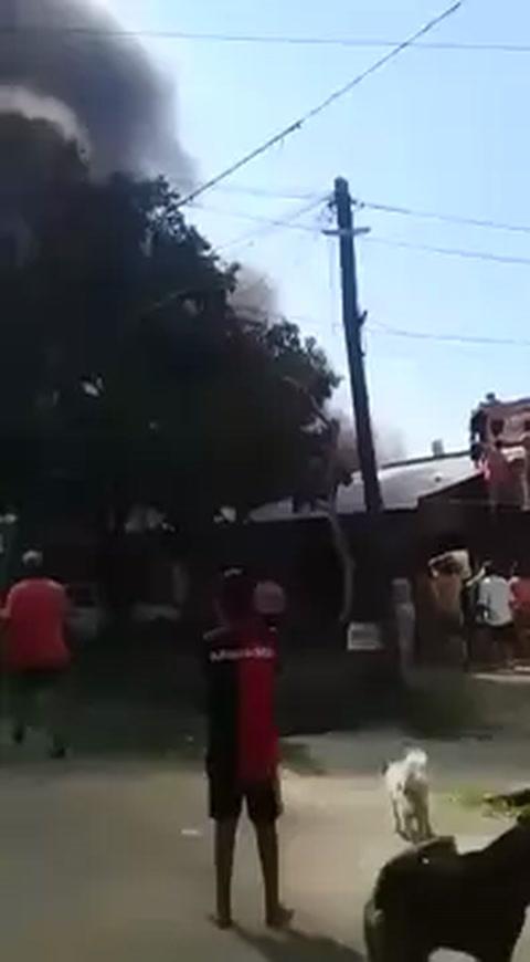 Varias familias perdieron todo al desatarse un terrible incendio en Ludueña Norte