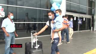 Diego Rodríguez fue sorprendido por su pequeño niño a su llegada al aeropuerto Toncontín