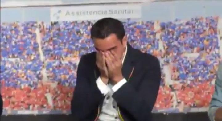 Xavi Hernández rompió a llorar el dia de su despedida del Barça