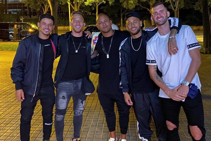 Neymar aprovechó su estancia en Barcelona para quedar con los amigos
