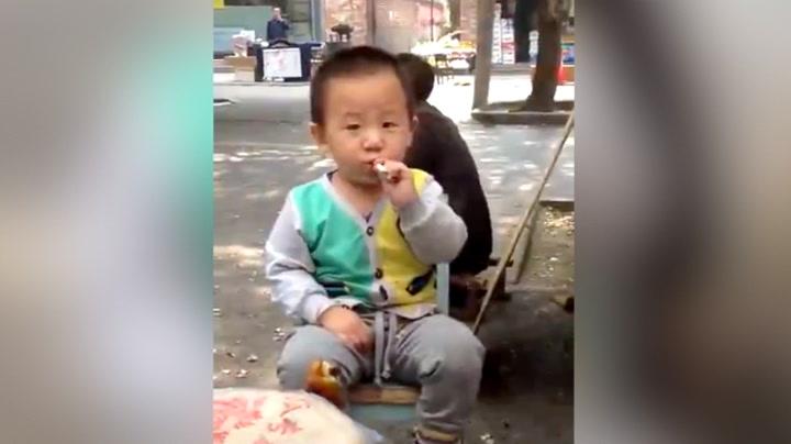 Toåringen røyker –de voksne bare ler