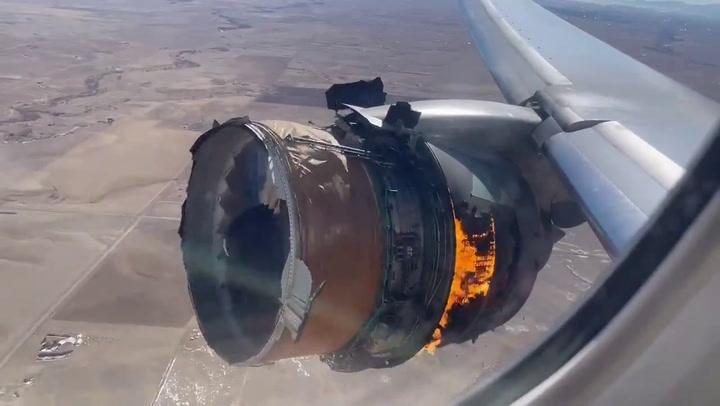 Un avión pierde parte de un motor tras despegar de Denver