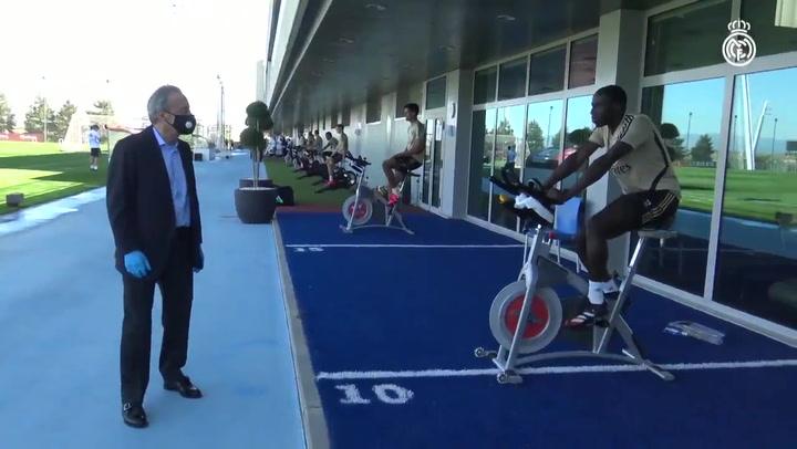 Florentino Pérez visita los entrenamientos en Valdebebas