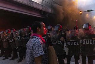 Turbias protestas en Mineapolis; Policía ataca con gas lacrimógeno y balas de goma