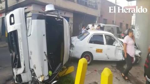 Varios heridos al impactar rapidito con una unidad de taxi en 1ra avenida