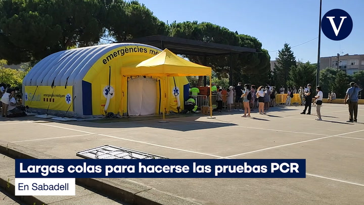 Largas colas para hacerse las pruebas PCR en Sabadell