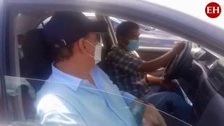 Personas asisten de forma vehicular a recibir segunda dosis anticovid en UTH
