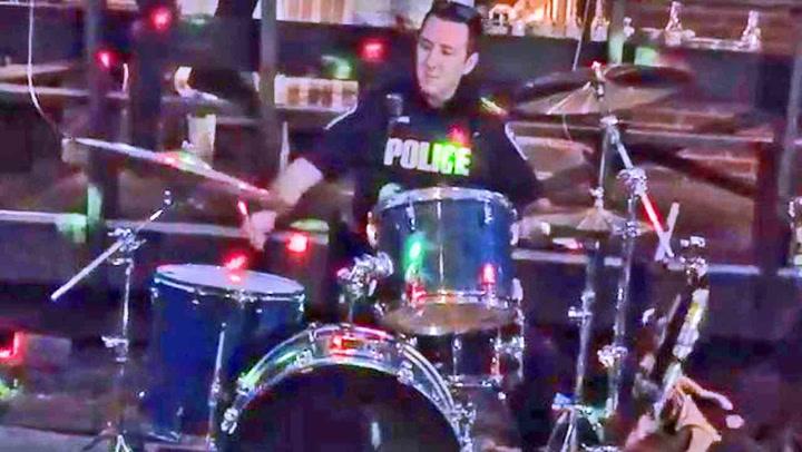 Politiet kommer for å avslutte konserten, så skjer dette