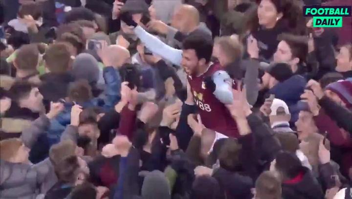 Los fans del Aston Villa invaden el campo tras clasificarse para la final de la Carabao Cup