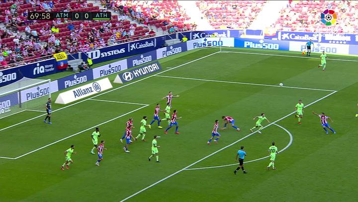 Luis Suárez no tiene la chispa habitual: ¿aquí estuvo lento o Carrasco le dio un mal pase?